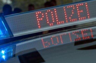 Rätsel gibt der Polizei ein Unfall in Crimmitschau auf. In der Nacht zum Sonntag hatte ein Unbekannter auf einem Quad einen Grundstückszaun durchbrochen und war danach davongefahren. Die Polizei sucht Zeugen.