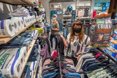 Mehr als bunt gemischt. Verkäuferin Verena Kieß und Jens Baumelt inmitten des Angebots, das es dem Coolorit ermöglicht zu öffnen.