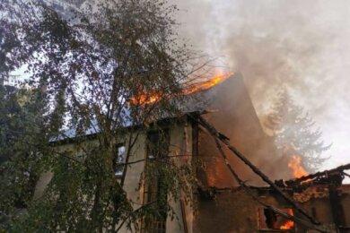 Bei einem Brand im August 2020 ist dieses Gehöft in Weißbach fast völlig zerstört worden. Was Nachbarn damals vermuteten, ist Gewissheit geworden. Nach Familienstreitigkeiten soll das Feuer gelegt worden sein.
