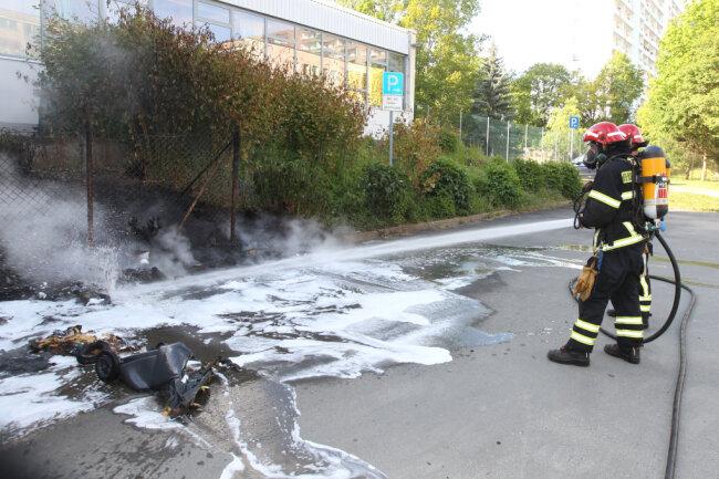 Unspektakuläres Ende eines auffälligen Brandes. In einem Hinterhof an der Plauener Friedensstra0e hat die Plauener Feuerwehr am Donnerstag brennende Mülltonnen gelöscht. Weit über Plauen sah man eine schwarze Rauchwolke.