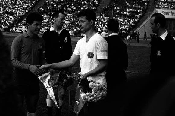 Dieter Erler (rechts), hier 1966 als Kapitän der DDR-Auswahl im Länderspiel gegen Chile, glänzte bereits Ende der 1950er-Jahre.