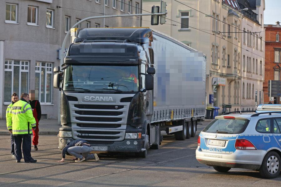 Ein Laster überrollte am Montagnachmittag in Zwickau eine Seniorin.