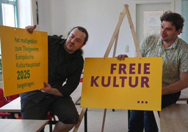 Tobias Möller (links) und Marcus Heinke vom Chemnitzer Netzwerk für Kultur und Jugendarbeit im neuen Büro an der Moritzstraße 19. Selbstbewusst zeigen sie, wie wichtig sie die Arbeit des Netzwerkes halten - auch für den Gewinn des Kulturhauptstadt-Titels