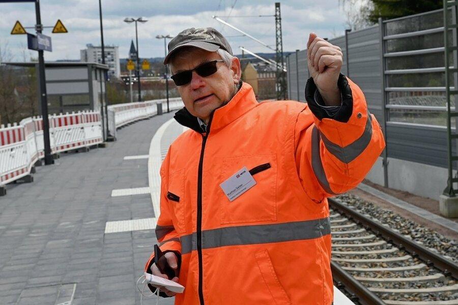 Projektleiter Matthias Sieber erläuterte beim Besuch der Haltestelle Mitte, wie es mit den Arbeiten vorangeht.