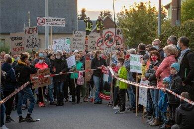 Anwohner haben am Dienstagabend in Wiederau gegen den geplanten Sand- und Kiesabbau in der Region protestiert.