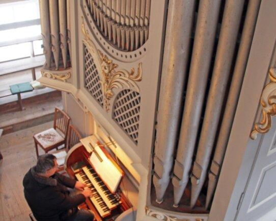 Die Jehmlich-Orgel in der Dorfkirche Naundorf.