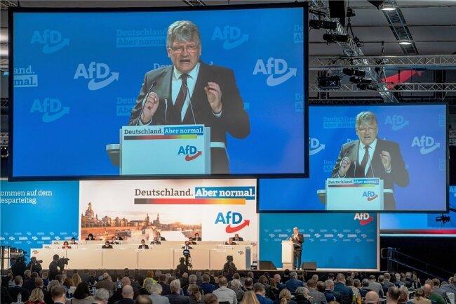 AfD-Chef Jörg Meuthen vor den Delegierten des AfD-Bundesparteitages in Dresden. Entgegen Meuthens Warnung will die Partei bei der Bundestagswahl für einen Austritt Deutschlands aus der EU kämpfen.