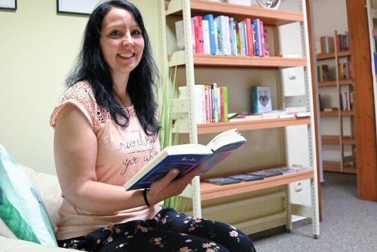 Anett Klug vom Team der Bibliothek Zschorlau im neu eingerichteten Jugendbereich.