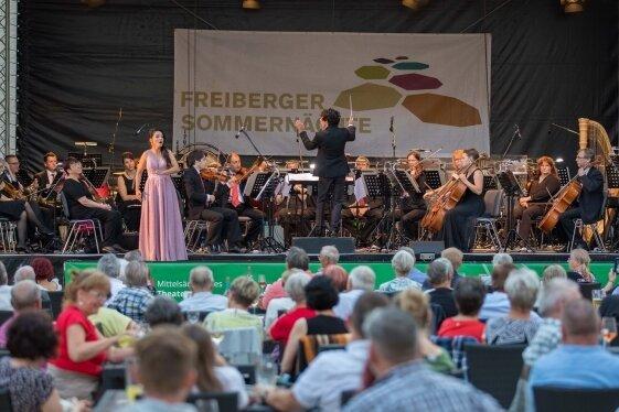 Sängerin Lindsay Funchal und die Mittelsächsische Philharmonie unter Leitung von José Luis Gutiérrez begeisterten die Zuschauer.