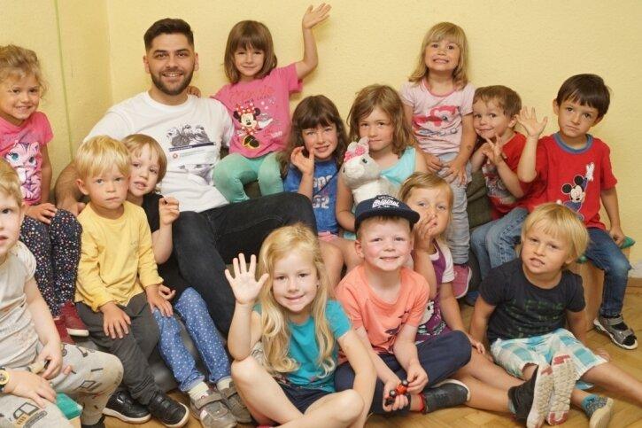 """Erzieher Vilson Zymeri ist nicht nur bei den Kindern, sondern auch bei Eltern der Kita """"Sonnenstrahl"""" in Hartenstein sehr beliebt."""