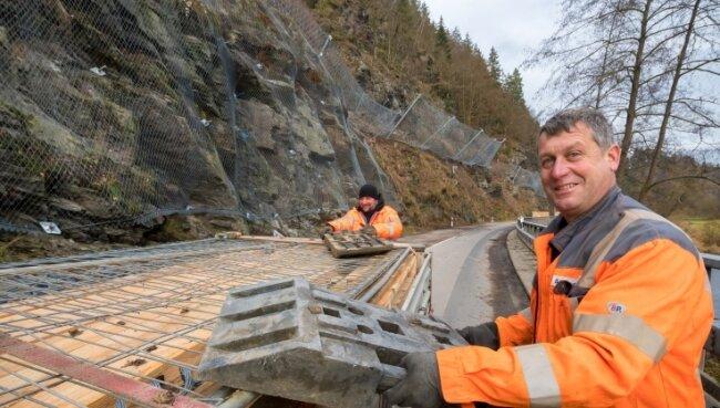 Die Felssicherungsarbeiten an der S 228 zwischen Scharfenstein und Hopfgarten sind abgeschlossen. Sven Claußnitzer (r.) und Steffen Würbauerberäumten am Freitag die Fahrbahn. Ab Montag ist die Straße wieder befahrbar.