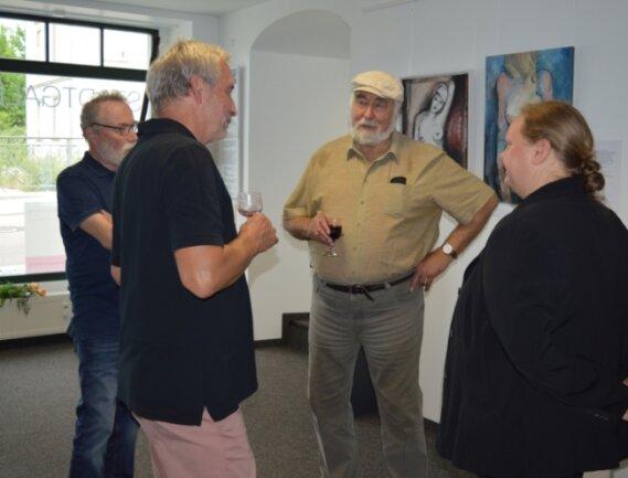 """Stifter Leo Lessig (2. v. r.) bei der Eröffnung der neuen Schau """"aufAKT"""" in der Frankenberger Stadtgalerie. Dort sind neue Malerei, Grafiken und Plastiken zu sehen."""