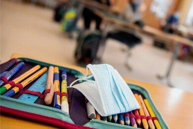 Müssen die Schulen im Erzgebirgskreis nächste Woche schon wieder schließen? Die aktuell hohen Inzidenzwerte legen das nahe. Freie Schulen haben daher zum Teil abgewartet und wollen erst nach den Osterferien wieder in den Präsenzunterricht gehen.