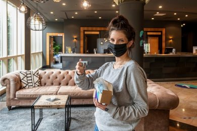 Romy Kropp zeigt das Corona-Hygiene-Set, das Gäste des Pentahotels beim Check-in bekommen. Darin enthalten sind unter anderem eine Maske und ein Türöffner. Das Hotel kann zeitnah wieder Touristen empfangen.