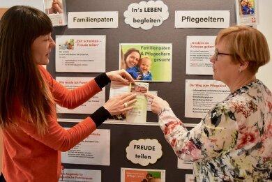 Josephine Leistner (links), Koordinatorin der Familienpaten, und Sozialpädagogin Angela Gomon-Voit vom Caritasverband, wollen Erwachsenen zur Seite stehen, die sich für die Übernahme von Familienpatenschaften interessieren.