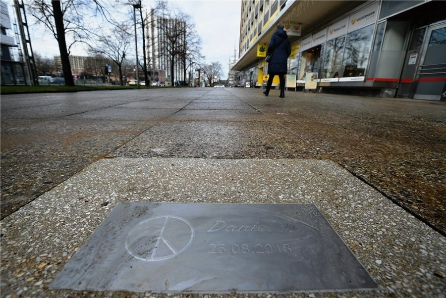 An das Tötungsverbrechen am 26. August erinnert seit Ende Dezember eine Gedenkplatte.