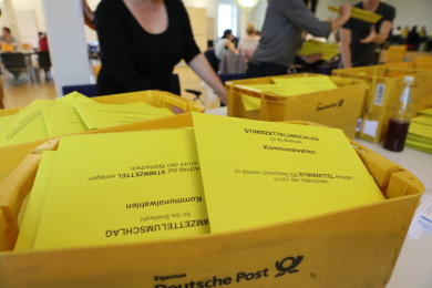 Auszählung im Briefwahlbüro im Verwaltungszentrum Zwickau.