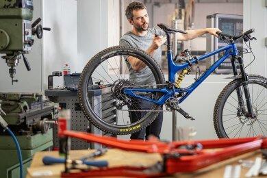 Sieht nicht nur schön aus, sondern ist auch technisch fortschrittlich: Den Rahmen für sein Mountainbike fräst Simon Metzner auf einer CNC-Maschine. Die dafür benötigte Anlage hat er einst selbst mit entwickelt. Seinem Vater gehört die Firma, die diese Portalfräsanlagen herstellt.