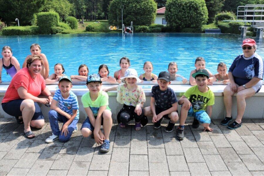 Die Grundschüler haben bei den Schwimmkursen unter Leitung von Regina Eckardt (rechts) im Erlebnisbad Oederan viel Spaß. Hier kann der ausgefallene Schwimmunterricht nachgeholt werden.
