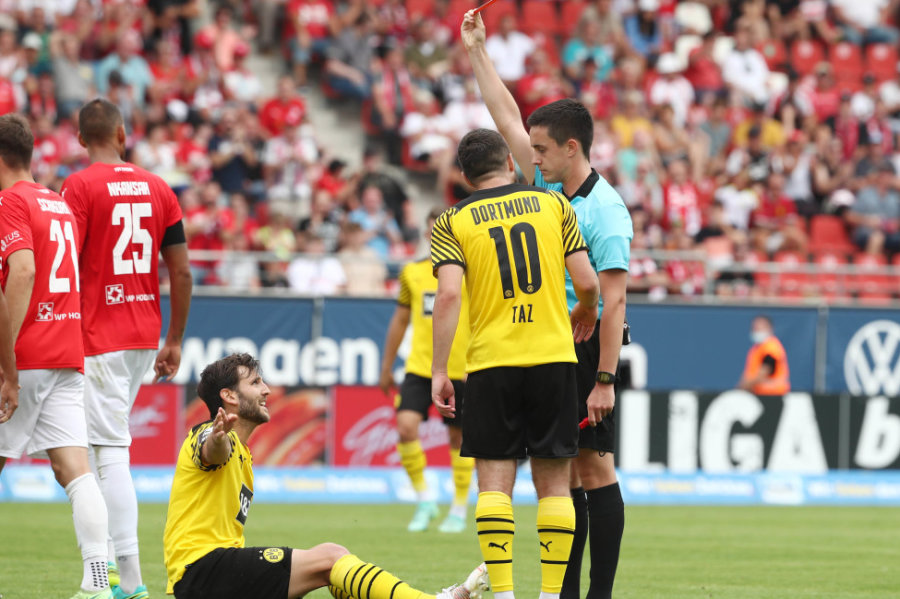 Der Dortmunder Niklas Dams sah nach einer Notbremse die rote Karte.