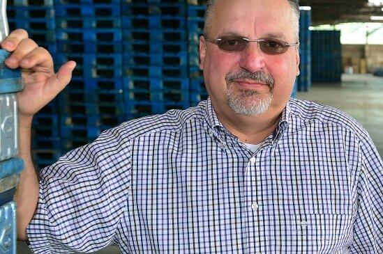 Jürgen Zehnder leitet die Niederlassung in Hainichen, hier steht er in einer großen Lagerhalle.