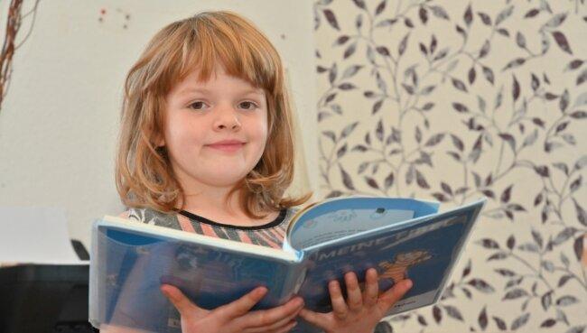 Die sechsjährige Michelle kann ihrer kleinen Schwester Mia sicherlich bald vorlesen.