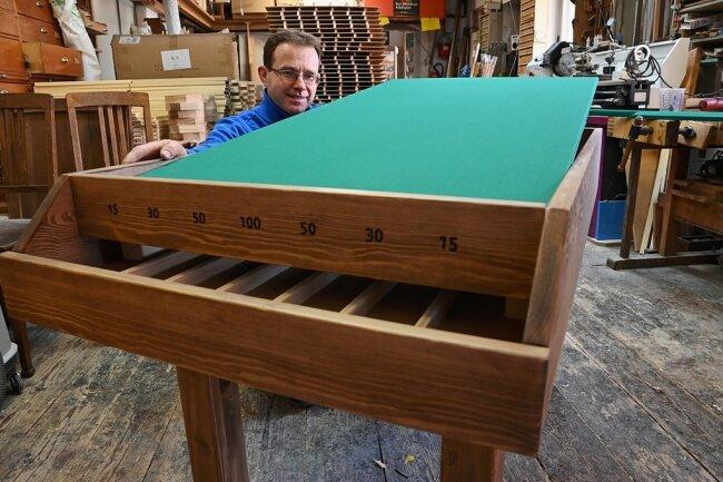 """Tischler Marco Lohmann hat als Inhaber von """"Billard-Krausse"""" schon zahlreiche Billardtische angefertigt - hier ein Lochbillard."""