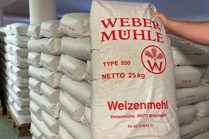 """Jeder der 25-Kilo-Säcke, die in zwei großen Räumen gelagert werden, trägt die Aufschrift """"Webermühle""""."""