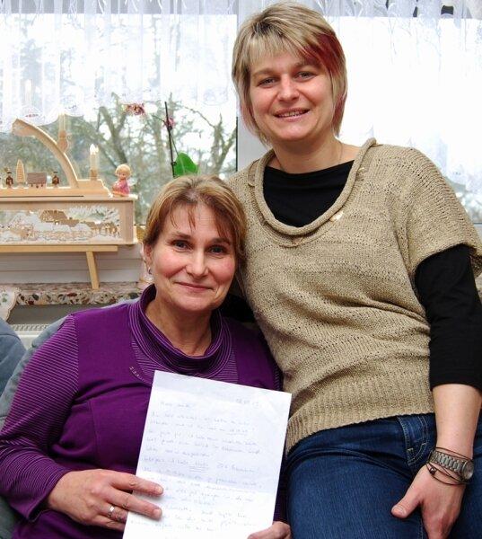 Ulrike Pätzold hat ihrer Tochter eine Niere gespendet. In der Hand hält die Mutter den Brief, den Saskia ihr wenige Stunden nach der Operation geschrieben hat.