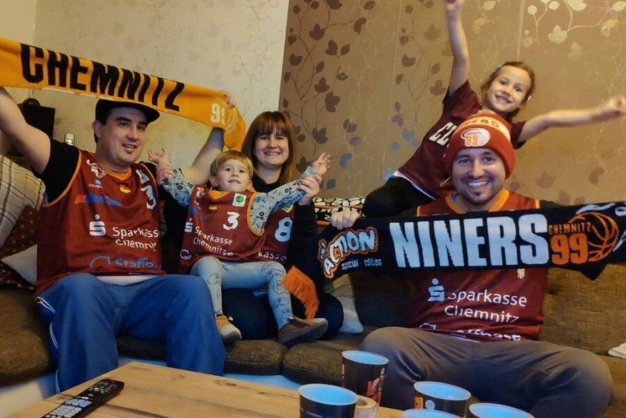 Beata Puzsar schickte stellvertretend für viele andere Fans ein Foto davon, wie sie und ihre Familie daheim vor dem Bildschirm mit den Basketballern der Chemnitz Niners mitgefiebert haben. Mehr war in dieser Saison nicht möglich - doch die Unterstützung ist bei der Mannschaft angekommen.