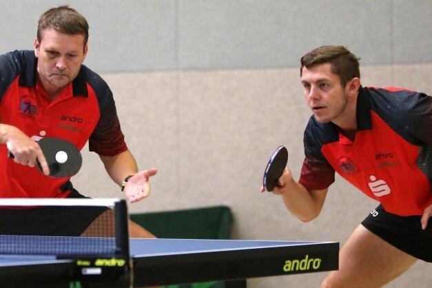 Das Erzgebirgsderby in der Tischtennis-Oberliga endete mit einem Remis. Jan Polansky (r.) und Miroslav Cervený vom 1. TTV Schwarzenberg steuerten gegen Lugau einen wichtigen Doppel-Sieg bei.