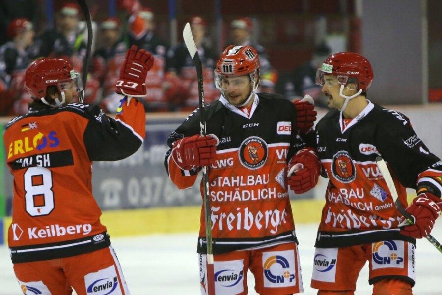 Mathieu Lemay (Mitte) ist Top-Scorer der Eispiraten Crimmitschau. Hier nimmt der Stürmer die Glückwünsche von Dominic Walsh (links) und Felix Thomas (rechts) entgegen.