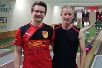 Dass Sohn Martin und Vater Ralf Wolfring wie hier im Herbst in Fraureuth gemeinsam auf der Kegelbahn stehen, ist selten geworden. Dem Sport ist der Junior, der schon für die U-23-Nationalmannschaft spielte, während seines Studiums aber immer treu geblieben.