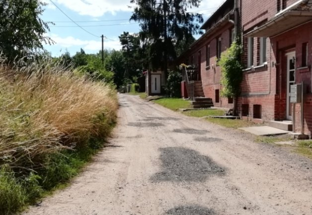 """Dieses Teilstück des Wanderwegs """"Vereinigt Feld"""", der auch als Radweg genutzt wird und als Zufahrt zum neuen Eigenheimgebiet """"Breitscheid II"""" dient, soll ausgebaut werden. Dabei ist auch geplant, das links befindliche verfüllte frühere Löschwasserbecken zu beseitigen."""