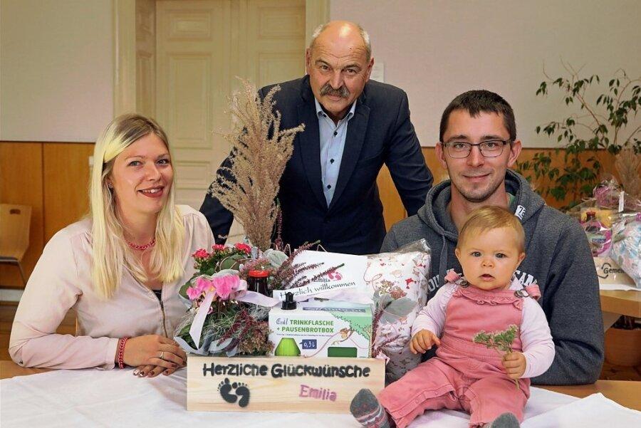 In Remse haben sich Franziska Gawlick und Michael Dietrich, gemeinsam mit Tochter Emilia, das Babypaket bei Bürgermeister Joachim Schuricht abgeholt.