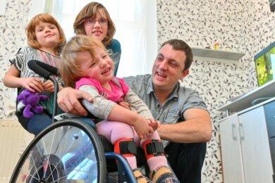 Ein starkes Team auf sechs Beinen und zwei Rädern. Nico Günthel kümmert sich allein um seine jüngste Tochter Mia sowie ihre Schwestern Michelle (hinten links) und Lea.