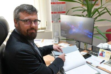 Michael Wiezoreck (parteilos), der neue Bürgermeister der Gemeinde Mulda, an seinem Schreibtisch im Rathaus