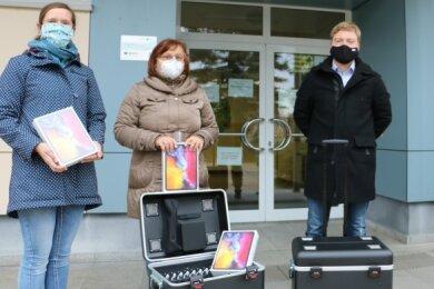Lysann Weigelt, Heike Tschanter, Bürgermeister Michael Pohl und Claudia Neudeck (von links) freuen sich über zwei I-Pad-Koffer für die Grund- und Oberschule Pausa.