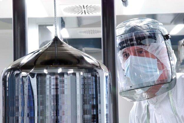 Ein Siltronic-Mitarbeiter an einem Siliziumkristall.