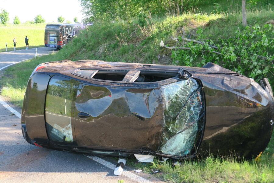 Unfall an der A72: Mannschaftsbus des FC Erzgebirge Aue beschädigt