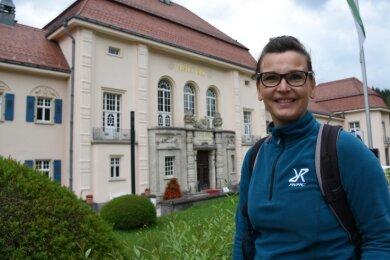Reiseexpertin Katja Kaufmann aus Hainichen vor dem Albertbad in Bad Elster.