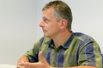 Die Kontrahenten im Gespräch: Großolbersdorfs amtierender Bürgermeister Uwe Günther (Handels- und Gewerbeverband, l.) und Michael Wolf (CDU).
