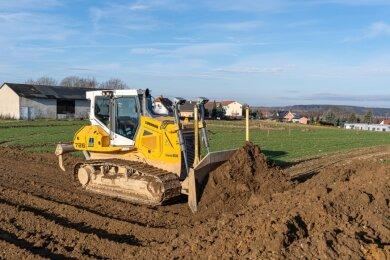 In dieser Woche hat der Baubetrieb VSTR in Auerbach mit der Erschließung des neuen Wohngebietes begonnen. Das Gelände zwischen Lindenallee und Schönheider Straße bietet Platz für 40 Eigenheime.