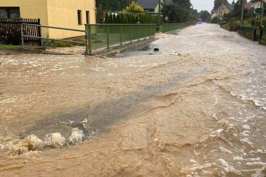 Geflutet wurde wegen des Starkregens die Auerswalder Hauptstraße. Das Wasser von Feldern und Hängen ergoss ich über die Ortsdurchfahrt des Lichtenauer Ortsteils Auerswalde. Gullys konnten die Wassermassen nicht aufnehmen. Keller mussten ausgepumpt werden.
