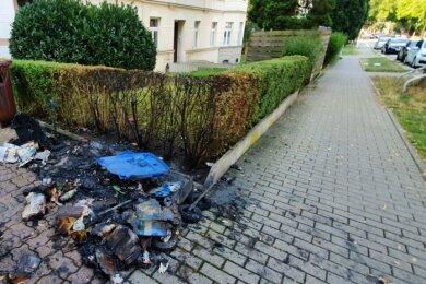 Wie hier an der Paul-Jäkel-Straße brannten in der Nacht auf Dienstag an drei Orten in Schloßchemnitz Mülltonnen.