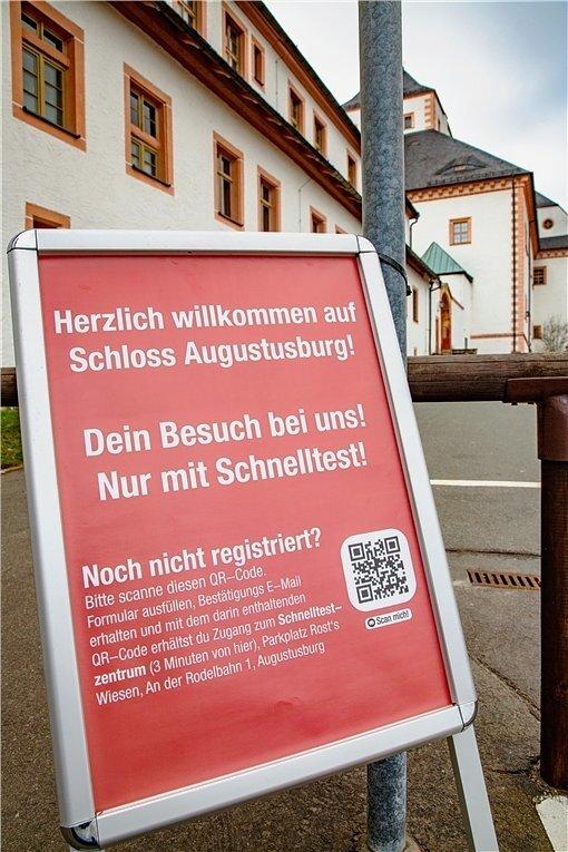 Die Regeln für das Modellprojekt, definiert auf dem Aufsteller am Schloss Augustusburg.
