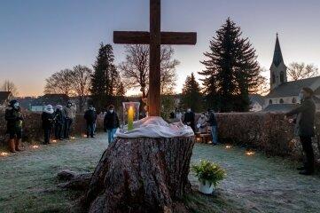 Die Auferstehungsfeier in Pockau begann am Ostersonntag 6 Uhr auf dem Friedhof.
