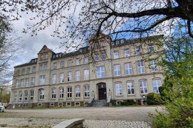 Die Räume der ehemaligen Schule werden von Vereinen und der Kita genutzt. Nun soll auch der Außenbereich neu belebt werden.