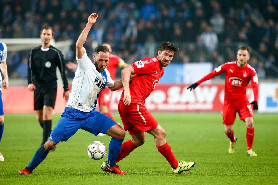 Ronny König (Mitte) konnte sich selten gegen die Magdeburger Defensive um Christopher Handke (links) durchsetzen.