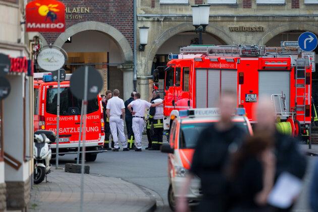 Einsatzkräfte der Feuerwehr stehen in der Innenstadt von Münster.